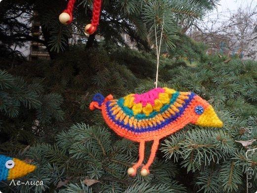 Гуляя по просторам интернета, наткнулась на совершенно чумовых, безумно позитивных птичек в обожаемом мною наивном стиле, которых мастерица назвала журавликами. Ручки, конечно же, сразу зачесались и у меня буквально за день родилась стая. Вот ссылка на МК автора http://ru-knitting.livejournal.com/4526926.html. Спасибо ей огромное. Но мне были нужны большие птицы из толстых ниток, поэтому я кое-что убрала, кое-что прибавила. То, что получилось, на журавликов никак не походило. фото 19