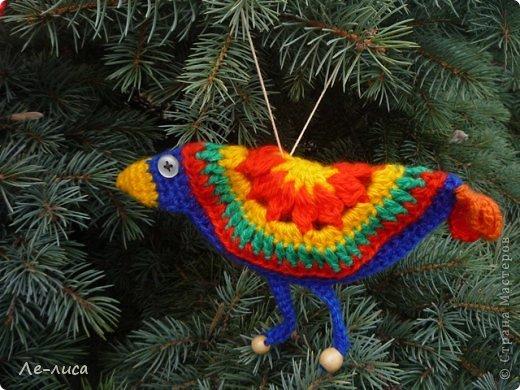 Гуляя по просторам интернета, наткнулась на совершенно чумовых, безумно позитивных птичек в обожаемом мною наивном стиле, которых мастерица назвала журавликами. Ручки, конечно же, сразу зачесались и у меня буквально за день родилась стая. Вот ссылка на МК автора http://ru-knitting.livejournal.com/4526926.html. Спасибо ей огромное. Но мне были нужны большие птицы из толстых ниток, поэтому я кое-что убрала, кое-что прибавила. То, что получилось, на журавликов никак не походило. фото 20
