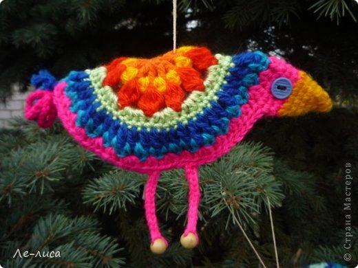 Гуляя по просторам интернета, наткнулась на совершенно чумовых, безумно позитивных птичек в обожаемом мною наивном стиле, которых мастерица назвала журавликами. Ручки, конечно же, сразу зачесались и у меня буквально за день родилась стая. Вот ссылка на МК автора http://ru-knitting.livejournal.com/4526926.html. Спасибо ей огромное. Но мне были нужны большие птицы из толстых ниток, поэтому я кое-что убрала, кое-что прибавила. То, что получилось, на журавликов никак не походило. фото 23