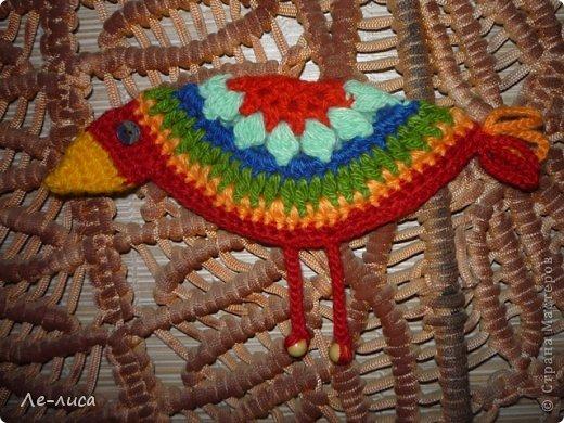 Гуляя по просторам интернета, наткнулась на совершенно чумовых, безумно позитивных птичек в обожаемом мною наивном стиле, которых мастерица назвала журавликами. Ручки, конечно же, сразу зачесались и у меня буквально за день родилась стая. Вот ссылка на МК автора http://ru-knitting.livejournal.com/4526926.html. Спасибо ей огромное. Но мне были нужны большие птицы из толстых ниток, поэтому я кое-что убрала, кое-что прибавила. То, что получилось, на журавликов никак не походило. фото 26