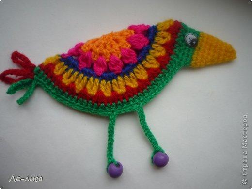 Гуляя по просторам интернета, наткнулась на совершенно чумовых, безумно позитивных птичек в обожаемом мною наивном стиле, которых мастерица назвала журавликами. Ручки, конечно же, сразу зачесались и у меня буквально за день родилась стая. Вот ссылка на МК автора http://ru-knitting.livejournal.com/4526926.html. Спасибо ей огромное. Но мне были нужны большие птицы из толстых ниток, поэтому я кое-что убрала, кое-что прибавила. То, что получилось, на журавликов никак не походило. фото 1