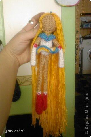 Всем здравствуйте! Насмотрелась я на кукол-лапша http://stranamasterov.ru/node/310749?c=favorite, и решила в подарок сестре связать сейлормун («Прекрасная воительница Сейлор Мун» японский мультфильм одно время показывали по телевизору). Думала всё быстро и просто, а столько разных мелочей (глаза, волосы, аксессуары ...) вот сегодня собрала все воедино. Всем спасибо кто заглянул. фото 3