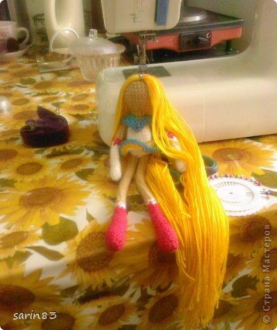 Всем здравствуйте! Насмотрелась я на кукол-лапша http://stranamasterov.ru/node/310749?c=favorite, и решила в подарок сестре связать сейлормун («Прекрасная воительница Сейлор Мун» японский мультфильм одно время показывали по телевизору). Думала всё быстро и просто, а столько разных мелочей (глаза, волосы, аксессуары ...) вот сегодня собрала все воедино. Всем спасибо кто заглянул. фото 2