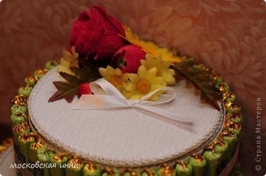 Вот такой тортик я сделала на день рождения своей мамули! В нем 2 кг конфет фирмы РОШЕН, ленты с конфетами съемные, внутри шкатулка!!! фото 2