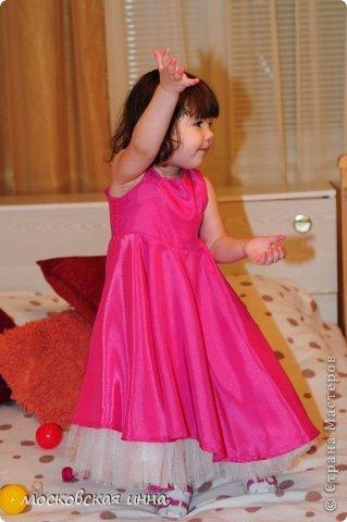 """Моей дочке 2 февраля исполнилось 2 года! Для своей принцессы я сшила это платье, правда нет ни одной """"постановочной"""" фотографии, потому-что этот маленький """"моторчик"""" просто не возможно заставить сидеть на месте! Платье с юбкой -солнце, нижняя юбка из фатина, ассиметричный верх, ободок и пояс украшены цветами - канзаши, которые я делала ранее! фото 4"""