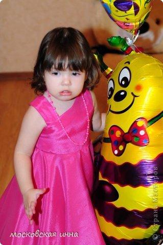 """Моей дочке 2 февраля исполнилось 2 года! Для своей принцессы я сшила это платье, правда нет ни одной """"постановочной"""" фотографии, потому-что этот маленький """"моторчик"""" просто не возможно заставить сидеть на месте! Платье с юбкой -солнце, нижняя юбка из фатина, ассиметричный верх, ободок и пояс украшены цветами - канзаши, которые я делала ранее! фото 2"""