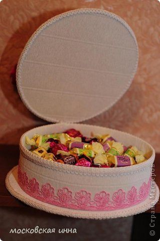 Вот такой тортик я сделала на день рождения своей мамули! В нем 2 кг конфет фирмы РОШЕН, ленты с конфетами съемные, внутри шкатулка!!! фото 6
