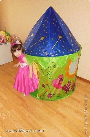 """Моей дочке 2 февраля исполнилось 2 года! Для своей принцессы я сшила это платье, правда нет ни одной """"постановочной"""" фотографии, потому-что этот маленький """"моторчик"""" просто не возможно заставить сидеть на месте! Платье с юбкой -солнце, нижняя юбка из фатина, ассиметричный верх, ободок и пояс украшены цветами - канзаши, которые я делала ранее! фото 1"""