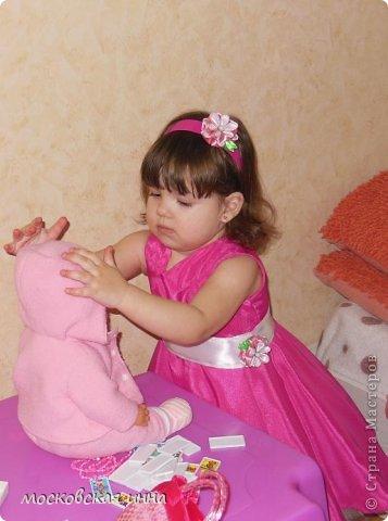 """Моей дочке 2 февраля исполнилось 2 года! Для своей принцессы я сшила это платье, правда нет ни одной """"постановочной"""" фотографии, потому-что этот маленький """"моторчик"""" просто не возможно заставить сидеть на месте! Платье с юбкой -солнце, нижняя юбка из фатина, ассиметричный верх, ободок и пояс украшены цветами - канзаши, которые я делала ранее! фото 3"""