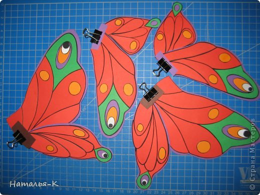 Продолжение...... серии поделок, которые уезжают на постоянное место жительства к внучке, к моей заказчице. Собираю их всех здесь   http://stranamasterov.ru/node/488600 Размер бабочки 20 х 20 см. Сделана из цветной бумаги плотностью 270 гр. (картон) фото 15