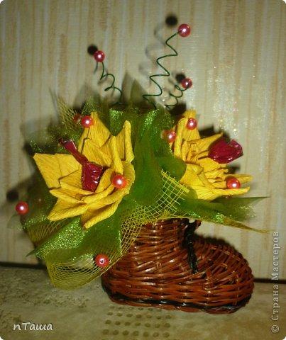 броский плетеный солнечный сапожок с радостными конфетными цветами будет веселить в непогодицу и припоминать о весне) .