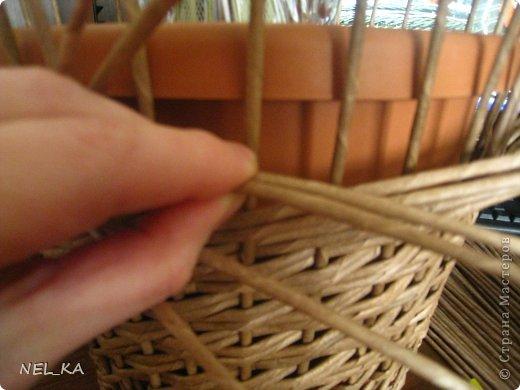 """Добрый день всем плетущим !!! Хочу показать вторую попытку послойного плетения. Это кашпо или не кашпо, не знаю, что получилось. Думаю, может  крышку сплести............Тогда будет не кашпо....... Посоветуйте, пожалуйста!!! Снизу попробовала небольшой """"ажур"""". МК здесь http://www.papirovepleteni.cz/fotoalbum/navody/navod-na-krizeni-ve-vrstve/. Трубочки из кромки газетной, покрашены вода+колер+лак. фото 5"""