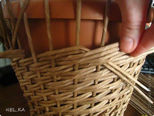 """Добрый день всем плетущим !!! Хочу показать вторую попытку послойного плетения. Это кашпо или не кашпо, не знаю, что получилось. Думаю, может  крышку сплести............Тогда будет не кашпо....... Посоветуйте, пожалуйста!!! Снизу попробовала небольшой """"ажур"""". МК здесь http://www.papirovepleteni.cz/fotoalbum/navody/navod-na-krizeni-ve-vrstve/. Трубочки из кромки газетной, покрашены вода+колер+лак. фото 6"""