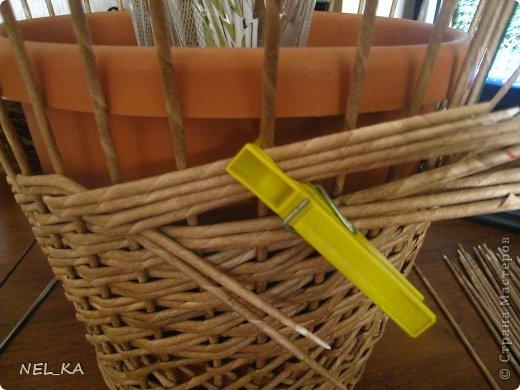 """Добрый день всем плетущим !!! Хочу показать вторую попытку послойного плетения. Это кашпо или не кашпо, не знаю, что получилось. Думаю, может  крышку сплести............Тогда будет не кашпо....... Посоветуйте, пожалуйста!!! Снизу попробовала небольшой """"ажур"""". МК здесь http://www.papirovepleteni.cz/fotoalbum/navody/navod-na-krizeni-ve-vrstve/. Трубочки из кромки газетной, покрашены вода+колер+лак. фото 7"""