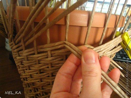 """Добрый день всем плетущим !!! Хочу показать вторую попытку послойного плетения. Это кашпо или не кашпо, не знаю, что получилось. Думаю, может  крышку сплести............Тогда будет не кашпо....... Посоветуйте, пожалуйста!!! Снизу попробовала небольшой """"ажур"""". МК здесь http://www.papirovepleteni.cz/fotoalbum/navody/navod-na-krizeni-ve-vrstve/. Трубочки из кромки газетной, покрашены вода+колер+лак. фото 8"""