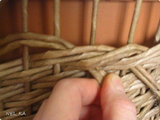 """Добрый день всем плетущим !!! Хочу показать вторую попытку послойного плетения. Это кашпо или не кашпо, не знаю, что получилось. Думаю, может  крышку сплести............Тогда будет не кашпо....... Посоветуйте, пожалуйста!!! Снизу попробовала небольшой """"ажур"""". МК здесь http://www.papirovepleteni.cz/fotoalbum/navody/navod-na-krizeni-ve-vrstve/. Трубочки из кромки газетной, покрашены вода+колер+лак. фото 10"""