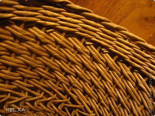 """Добрый день всем плетущим !!! Хочу показать вторую попытку послойного плетения. Это кашпо или не кашпо, не знаю, что получилось. Думаю, может  крышку сплести............Тогда будет не кашпо....... Посоветуйте, пожалуйста!!! Снизу попробовала небольшой """"ажур"""". МК здесь http://www.papirovepleteni.cz/fotoalbum/navody/navod-na-krizeni-ve-vrstve/. Трубочки из кромки газетной, покрашены вода+колер+лак. фото 12"""