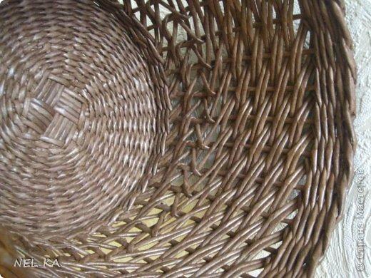 """Добрый день всем плетущим !!! Хочу показать вторую попытку послойного плетения. Это кашпо или не кашпо, не знаю, что получилось. Думаю, может  крышку сплести............Тогда будет не кашпо....... Посоветуйте, пожалуйста!!! Снизу попробовала небольшой """"ажур"""". МК здесь http://www.papirovepleteni.cz/fotoalbum/navody/navod-na-krizeni-ve-vrstve/. Трубочки из кромки газетной, покрашены вода+колер+лак. фото 13"""