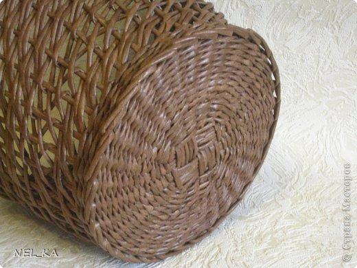 """Добрый день всем плетущим !!! Хочу показать вторую попытку послойного плетения. Это кашпо или не кашпо, не знаю, что получилось. Думаю, может  крышку сплести............Тогда будет не кашпо....... Посоветуйте, пожалуйста!!! Снизу попробовала небольшой """"ажур"""". МК здесь http://www.papirovepleteni.cz/fotoalbum/navody/navod-na-krizeni-ve-vrstve/. Трубочки из кромки газетной, покрашены вода+колер+лак. фото 4"""