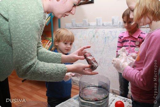 Технология марморирования - ее еще называют мраморирование, - достаточно новая техника декорирования для России. Такое странное название - из-за калькирования заграничных названий: по-немецки мрамор - der Marmor, по-испански - el marmor, по-английски - marble и так далее. Название непростое, интересная техника, а вот краски здесь простые - акриловые для марморирования. Высокоглянцевые жидкие эмалевые краски на основе алкидных смол и воды быстро сохнут, устойчивы к воздействию воды и истиранию. (текст взят на просторах интернета!) фото 12