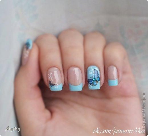 Всем доброго времени суток! Вот продолжение моих фото-уроков по дизайну ногтей. Приступим! Для создания этого дизайна вам потребуется голубой лак,трафареты для французского маникюра, водные наклейки бабочки в тон,белая акриловая краска, дотс (или не пишущая ручка),токая кисть, топовое покрытие (прозрачный лак),страз. 1.Делаем французский маникюр,кроме безымянных пальчиков,их покрываем полностью. 2.Наносим узоры акриловой краской с помощью тонкой кисти. 3.Ставим дотсом кружочки вдоль линий. 4. Вырезаем наклейки 5.Переводим наклейки на ногти 6.Украшаем стразиком и покрываем топом. фото 2