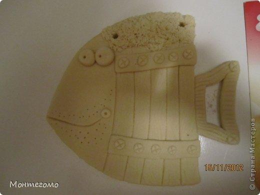 Ола-ла! ))))) Всем здрасти! ))))))) Вот и у меня теперь есть рыба - кружка, я ее сделала в подарок хорошему человеку, у которого живет мой скотч-терьер, он же чесночная собака ))))))))) http://stranamasterov.ru/node/375722 он вот тут, если интересно (скотч-терьер тут, а не друг))))))) Вот такая изумительная (сама скромность, я знаю) рыба у меня получилась! )))))) Меня прямо прет от нее, чессслово ))))))))) Понятное дело, что сама бы я до такой красотищщщи не додумалась бы!!! Сделала я рыбу как и половина жителей нашей Страны - по фотке Виши http://stranamasterov.ru/node/102722 вот в этом ее посте (там ее рыбка скромняшечка притаилась среди обалденских котов, но мы ее все равно там увидели)))))))))) Сразу скажу пока помню - мне больше, намного больше - нравится как рыбу раскрасила Виша, но я так не умею, да и компа с инетом под рукой не было, красила по памяти примерно как-то так.... А теперь та-дам! Опять много-много фоток... Я не только графоман, я фотоман )))))))))) фото 4