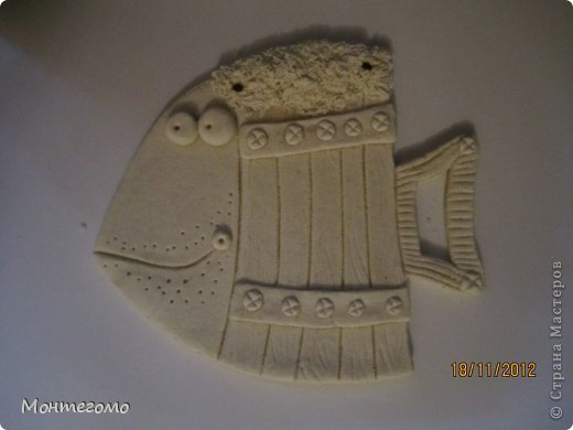 Ола-ла! ))))) Всем здрасти! ))))))) Вот и у меня теперь есть рыба - кружка, я ее сделала в подарок хорошему человеку, у которого живет мой скотч-терьер, он же чесночная собака ))))))))) http://stranamasterov.ru/node/375722 он вот тут, если интересно (скотч-терьер тут, а не друг))))))) Вот такая изумительная (сама скромность, я знаю) рыба у меня получилась! )))))) Меня прямо прет от нее, чессслово ))))))))) Понятное дело, что сама бы я до такой красотищщщи не додумалась бы!!! Сделала я рыбу как и половина жителей нашей Страны - по фотке Виши http://stranamasterov.ru/node/102722 вот в этом ее посте (там ее рыбка скромняшечка притаилась среди обалденских котов, но мы ее все равно там увидели)))))))))) Сразу скажу пока помню - мне больше, намного больше - нравится как рыбу раскрасила Виша, но я так не умею, да и компа с инетом под рукой не было, красила по памяти примерно как-то так.... А теперь та-дам! Опять много-много фоток... Я не только графоман, я фотоман )))))))))) фото 5