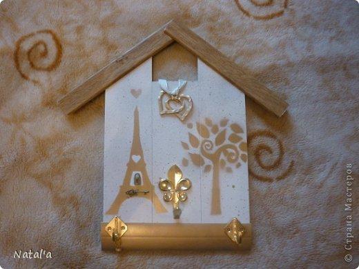 Все ключницы сделаны из деревянных панелей (не помню как называются) , покрашены краской из баллончика через трафарет и оформлены крючками, тесьмой и прочим.