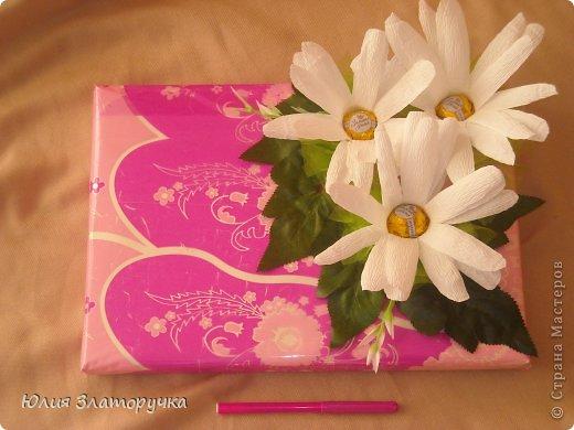во внутри упакована коробка печенья,сверху естественно конфетки)) фото 3