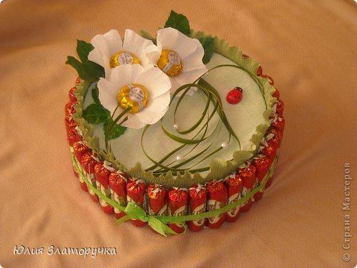 во внутри упакована коробка печенья,сверху естественно конфетки)) фото 1