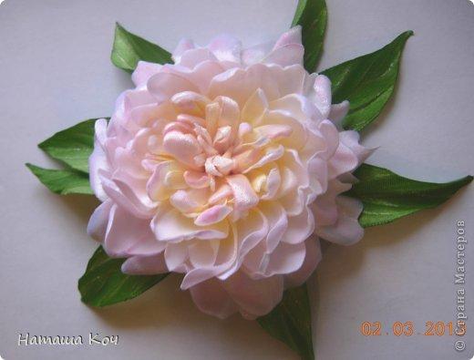 Решила я выложить свой мастер-класс по изготовлению цветочной броши из атласных лент.