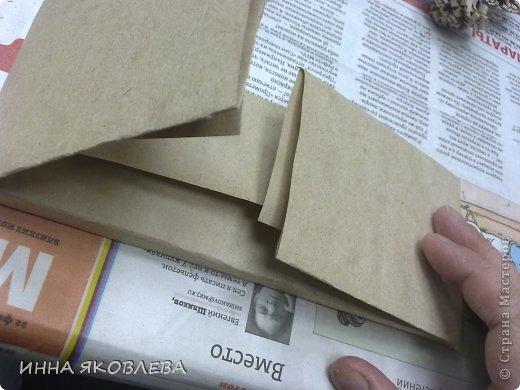 Как?! У вас нет красивой дорогой обёрточной бумаги?   Тогда идём в магазин, на стойке упаковки берём лист обёрточной крафт бумаги (пока никто не видит, можно взять несколько листов)--- я этого не говорила, эта мысль возникла у вас сама. фото 3