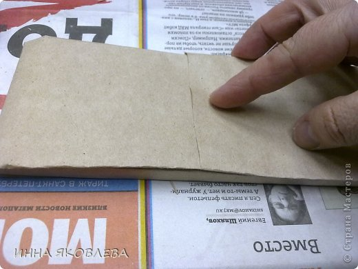 Как?! У вас нет красивой дорогой обёрточной бумаги?   Тогда идём в магазин, на стойке упаковки берём лист обёрточной крафт бумаги (пока никто не видит, можно взять несколько листов)--- я этого не говорила, эта мысль возникла у вас сама. фото 4