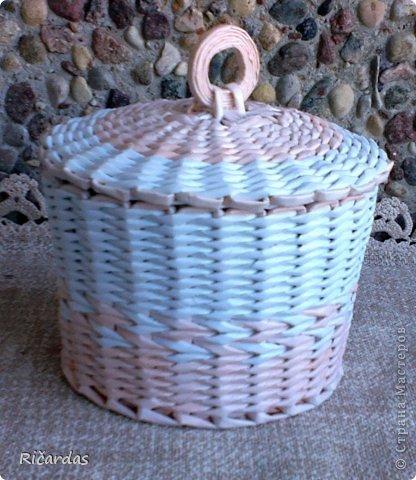 плетеная конфетница с крышкой из газетных трубочек терпеть
