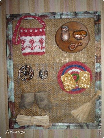 """Сейчас я работаю над проектом """"Музей тряпичной народной куклы в детском саду"""". Хочу показать несколько экспонатов. На первом панно - бусы, кулоны и броши с тряпичными куколками. На первом фото- кулон с берегиней . Вепская куколка на бусинках. фото 12"""