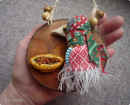 """Сейчас я работаю над проектом """"Музей тряпичной народной куклы в детском саду"""". Хочу показать несколько экспонатов. На первом панно - бусы, кулоны и броши с тряпичными куколками. На первом фото- кулон с берегиней . Вепская куколка на бусинках. фото 10"""