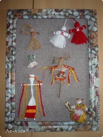 """Сейчас я работаю над проектом """"Музей тряпичной народной куклы в детском саду"""". Хочу показать несколько экспонатов. На первом панно - бусы, кулоны и броши с тряпичными куколками. На первом фото- кулон с берегиней . Вепская куколка на бусинках. фото 14"""