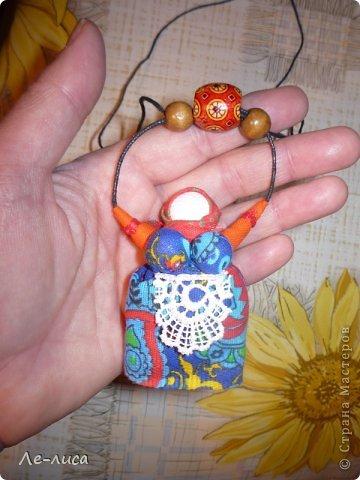 """Сейчас я работаю над проектом """"Музей тряпичной народной куклы в детском саду"""". Хочу показать несколько экспонатов. На первом панно - бусы, кулоны и броши с тряпичными куколками. На первом фото- кулон с берегиней . Вепская куколка на бусинках."""