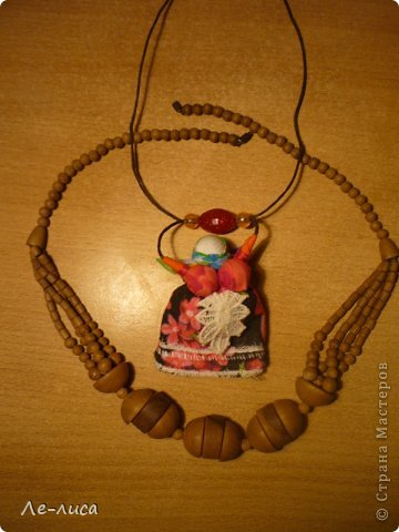 """Сейчас я работаю над проектом """"Музей тряпичной народной куклы в детском саду"""". Хочу показать несколько экспонатов. На первом панно - бусы, кулоны и броши с тряпичными куколками. На первом фото- кулон с берегиней . Вепская куколка на бусинках. фото 8"""