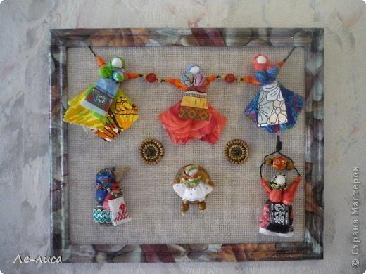 """Сейчас я работаю над проектом """"Музей тряпичной народной куклы в детском саду"""". Хочу показать несколько экспонатов. На первом панно - бусы, кулоны и броши с тряпичными куколками. На первом фото- кулон с берегиней . Вепская куколка на бусинках. фото 2"""