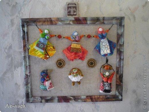 """Сейчас я работаю над проектом """"Музей тряпичной народной куклы в детском саду"""". Хочу показать несколько экспонатов. На первом панно - бусы, кулоны и броши с тряпичными куколками. На первом фото- кулон с берегиней . Вепская куколка на бусинках. фото 13"""