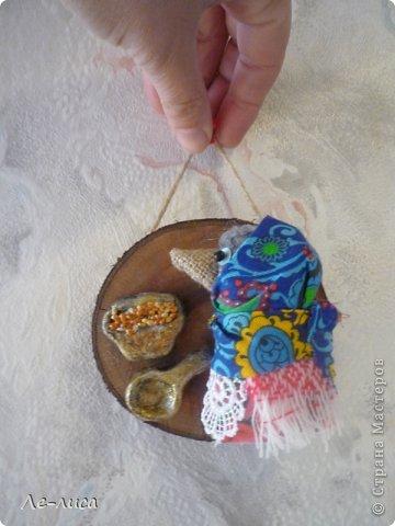 """Сейчас я работаю над проектом """"Музей тряпичной народной куклы в детском саду"""". Хочу показать несколько экспонатов. На первом панно - бусы, кулоны и броши с тряпичными куколками. На первом фото- кулон с берегиней . Вепская куколка на бусинках. фото 11"""