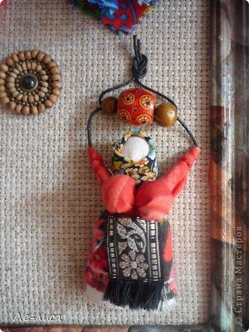 """Сейчас я работаю над проектом """"Музей тряпичной народной куклы в детском саду"""". Хочу показать несколько экспонатов. На первом панно - бусы, кулоны и броши с тряпичными куколками. На первом фото- кулон с берегиней . Вепская куколка на бусинках. фото 6"""