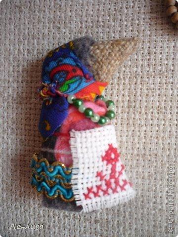 """Сейчас я работаю над проектом """"Музей тряпичной народной куклы в детском саду"""". Хочу показать несколько экспонатов. На первом панно - бусы, кулоны и броши с тряпичными куколками. На первом фото- кулон с берегиней . Вепская куколка на бусинках. фото 3"""
