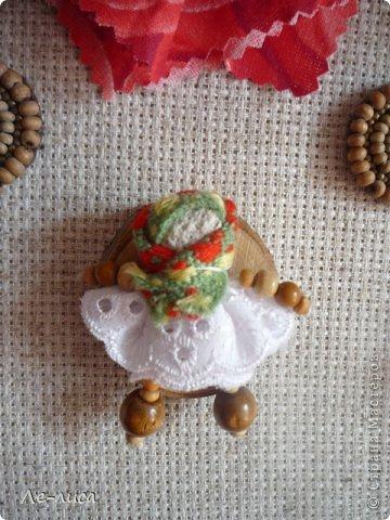 """Сейчас я работаю над проектом """"Музей тряпичной народной куклы в детском саду"""". Хочу показать несколько экспонатов. На первом панно - бусы, кулоны и броши с тряпичными куколками. На первом фото- кулон с берегиней . Вепская куколка на бусинках. фото 5"""