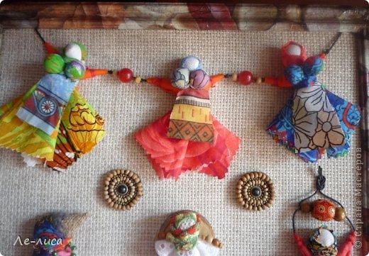 """Сейчас я работаю над проектом """"Музей тряпичной народной куклы в детском саду"""". Хочу показать несколько экспонатов. На первом панно - бусы, кулоны и броши с тряпичными куколками. На первом фото- кулон с берегиней . Вепская куколка на бусинках. фото 9"""