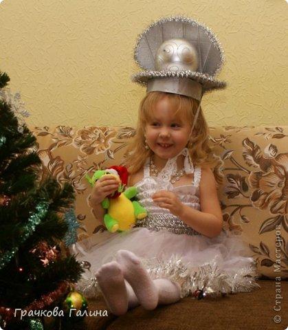 """Лизоньке здесь 1,9: отрывается под музыку на новогоднем представлении в Драмтеатре. С ёлки 2010 года сохранилась только звезда. Платье и шляпку вязала на спицах, украшала всем, что под руку попадалось из моего """"сундучка"""" ))) фото 2"""