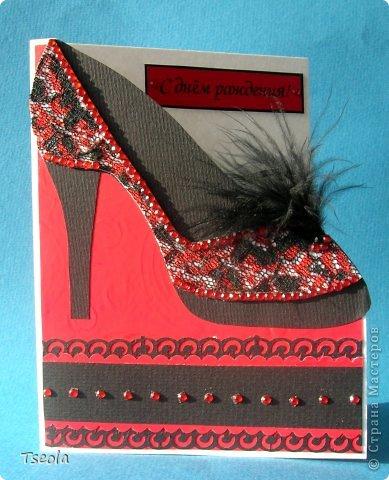 """Доброго времени суток! Давно хотелось сделать открытку с """"обувью"""" и как раз заказали открытку для женщины на n-летие. Задумалось и осуществилось в красно-черных тонах, а сейчас думаю, не слишком ли? Основа - бумага для акварели, подложка - """"велюровая"""" бумага (набор бумаги фирмы """"АЛЬТ"""" под маркой Cut&Paste), перышки от боа, стразы - наклейки для телефона. фото 1"""