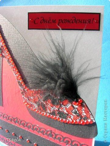 """Доброго времени суток! Давно хотелось сделать открытку с """"обувью"""" и как раз заказали открытку для женщины на n-летие. Задумалось и осуществилось в красно-черных тонах, а сейчас думаю, не слишком ли? Основа - бумага для акварели, подложка - """"велюровая"""" бумага (набор бумаги фирмы """"АЛЬТ"""" под маркой Cut&Paste), перышки от боа, стразы - наклейки для телефона. фото 3"""