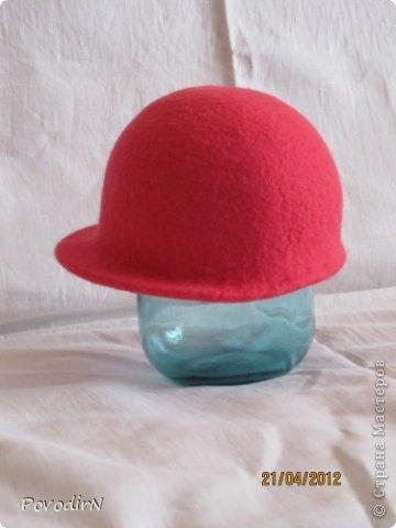 Люблю яркие и сочные цвета, но шляпки для улицы (по моему мнению) должны быть умеренными и по цвету, и по декору. Эта детская шляпка на самом деле имеет приятный коралловый цвет. фото 1